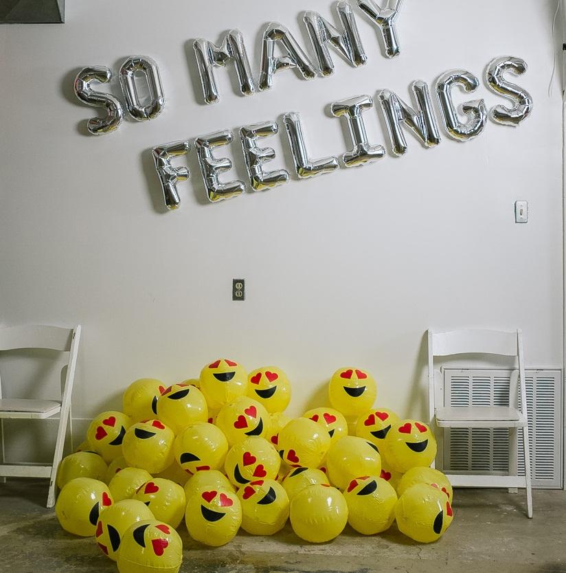 Sorprende con una fiesta de emoticonos for Decoracion con figuras en la pared