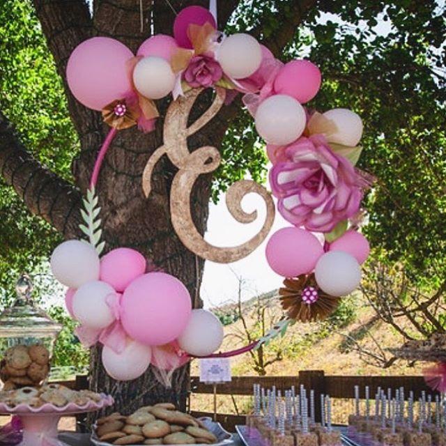 Corona de globos y flores